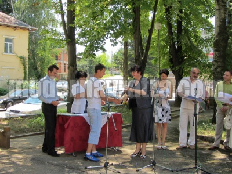 ВРЪЧИХА ДИПЛОМИТЕ НА ВИПУСК 2012 В БЕРКОВСКАТА ГИМНАЗИЯ