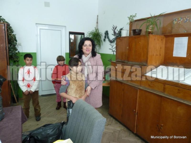КМЕТЪТ НА БОРОВАН ЗАРАДВА С ПОДАРЪЦИ 42 ДЕЦА ОТ СОЦИАЛНО СЛАБИ СЕМЕЙСТВА